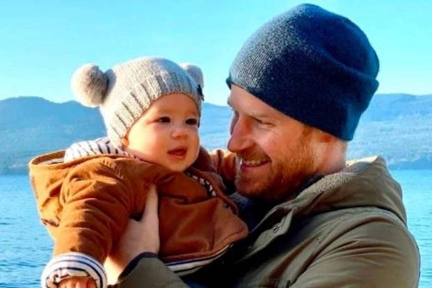 Meghan Markle bị chỉ trích dữ dội vì khai thác con trai quá đà, cộng đồng mạng phải cầu cứu Hoàng gia Anh - Ảnh 2.