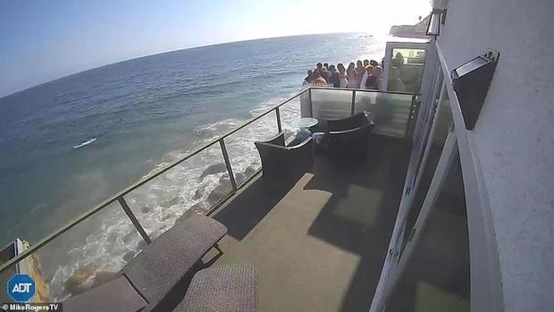 Thuê nhà ven biển cho 5 người ở nhưng mời tận 30 người đến chơi, nhóm bạn lĩnh ngay hậu quả khi ban công đổ sập xuống bãi đá bên dưới - Ảnh 1.