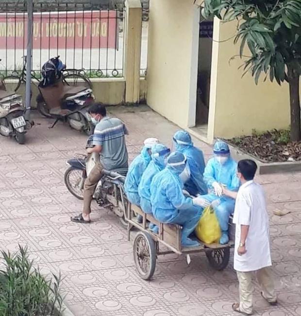 Xúc động hình ảnh những bác sĩ tuyến đầu chống dịch áo mũ kín mít, ngồi xe kéo thô sơ đi làm nhiệm vụ - Ảnh 1.