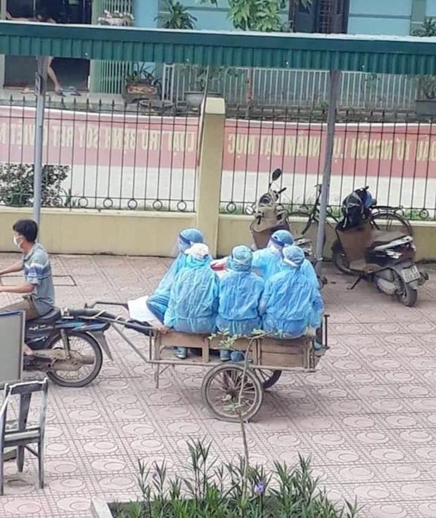 Xúc động hình ảnh những bác sĩ tuyến đầu chống dịch áo mũ kín mít, ngồi xe kéo thô sơ đi làm nhiệm vụ - Ảnh 2.