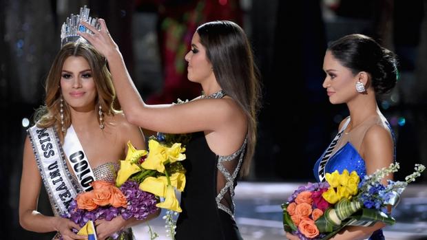 Năm Phạm Hương thi, Miss Universe từng xảy ra sự cố chấn động cả thế giới, Á hậu bật khóc trao lại vương miện cho Hoa hậu - Ảnh 4.