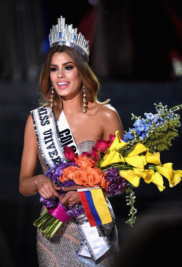 Năm Phạm Hương thi, Miss Universe từng xảy ra sự cố chấn động cả thế giới, Á hậu bật khóc trao lại vương miện cho Hoa hậu - Ảnh 6.
