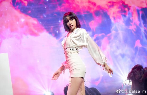 Lisa bất ngờ hỗ trợ đàn anh từng bị YG cấm không cho giao tiếp, fan đào lại gian tình thuở mới debut - Ảnh 1.