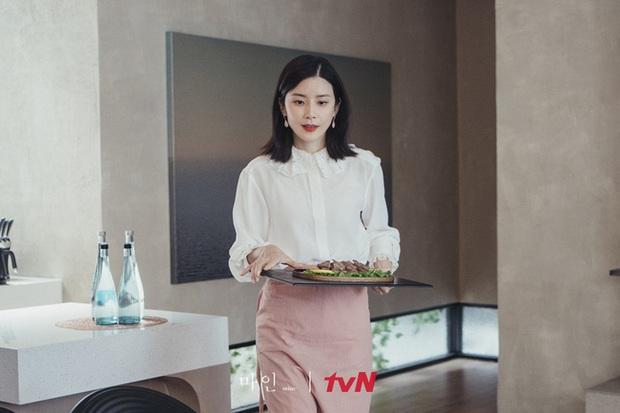 Đẳng cấp hàng hiệu của Hoa hậu Hàn Quốc trong phim mới: Tủ đồ 100% váy áo xa xỉ, xem bóc giá mà toát mồ hôi - Ảnh 2.