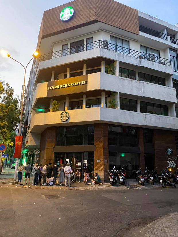 Ngán ngẩm cảnh hội cuồng Starbucks xếp hàng từ sáng sớm để săn cốc, dân mạng chỉ ra một vấn đề rất đáng báo động - Ảnh 2.