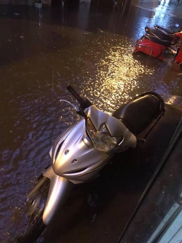 Ảnh, clip: Mưa dông gió giật kèm sấm chớp kinh hoàng ập xuống giờ tan tầm, Hà Nội ngập khắp các tuyến đường - Ảnh 28.