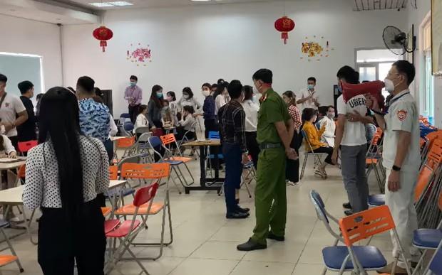 Hơn 100 khách hàng, nhân viên công ty kinh doanh đa cấp tụ tập giữa dịch Covid-19, bất chấp lệnh cấm ở Đà Nẵng - Ảnh 1.
