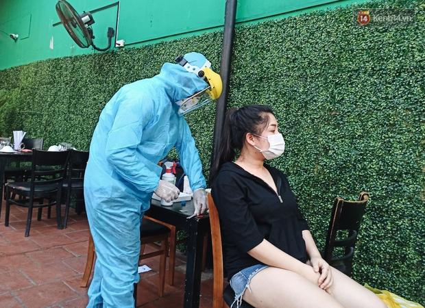 Hàng loạt nhân viên, khách nhậu ở Sài Gòn được lấy mẫu xét nghiệm Covid-19 - Ảnh 2.