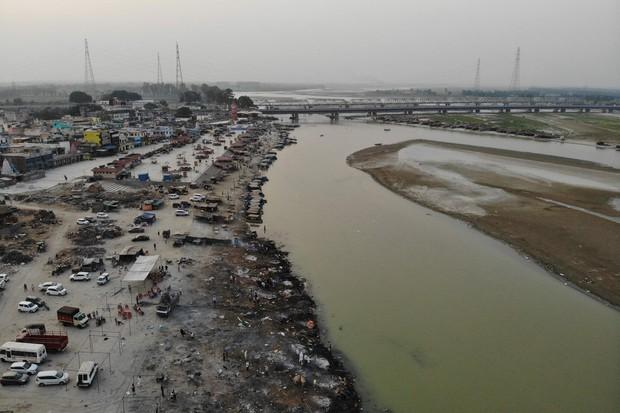Tột cùng của sự khốn khổ giữa địa ngục Covid Ấn Độ: Thi thể dạt bờ hàng loạt ở sông Hằng, vì người nghèo không đủ tiền hỏa táng nữa - Ảnh 1.