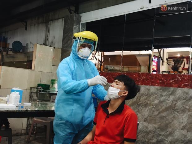 Hàng loạt nhân viên, khách nhậu ở Sài Gòn được lấy mẫu xét nghiệm Covid-19 - Ảnh 10.