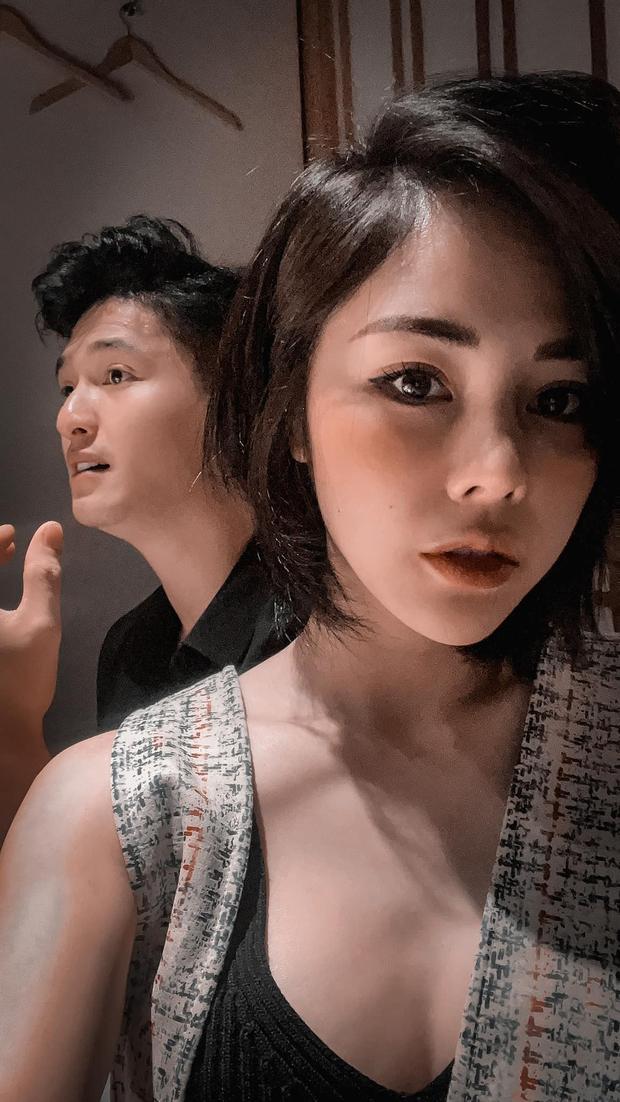 Vợ sắp cưới của Huỳnh Anh selfie theo tiêu chí mình đẹp là được, còn bạn trai mặt quạu ra sao cũng không quan trọng? - Ảnh 3.