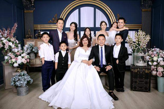 Đăng Khôi khoe ảnh kỷ niệm cưới bố mẹ: 2 anh em 100 điểm phong độ, nhìn hành động lộ luôn quan hệ mẹ chồng - nàng dâu - Ảnh 2.