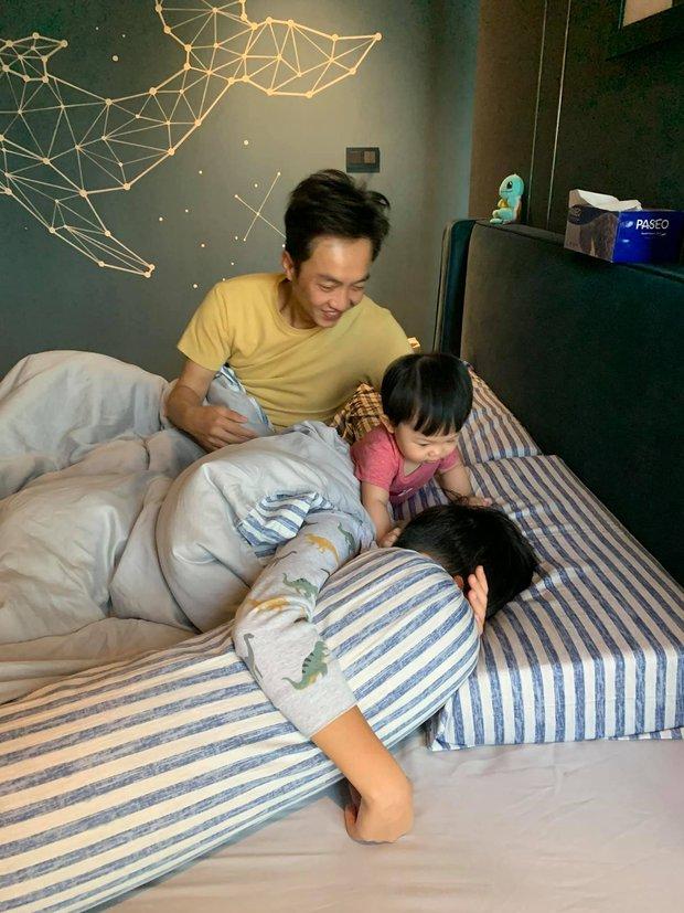 Đàm Thu Trang khoe gia đình hạnh phúc: Công chúa Suchin nhỏ mà quậy, anh trai Subeo thì chịu trận tránh camera - Ảnh 5.