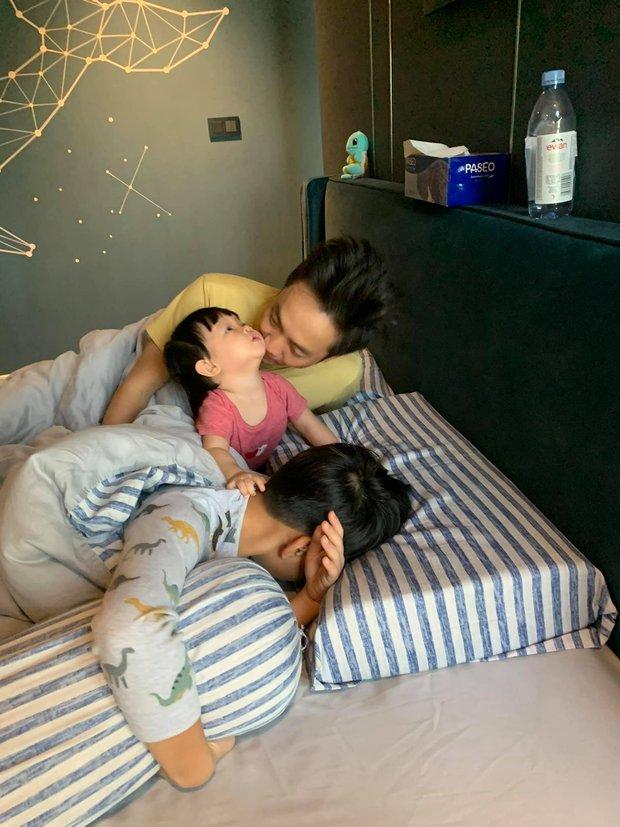 Đàm Thu Trang khoe gia đình hạnh phúc: Công chúa Suchin nhỏ mà quậy, anh trai Subeo thì chịu trận tránh camera - Ảnh 4.