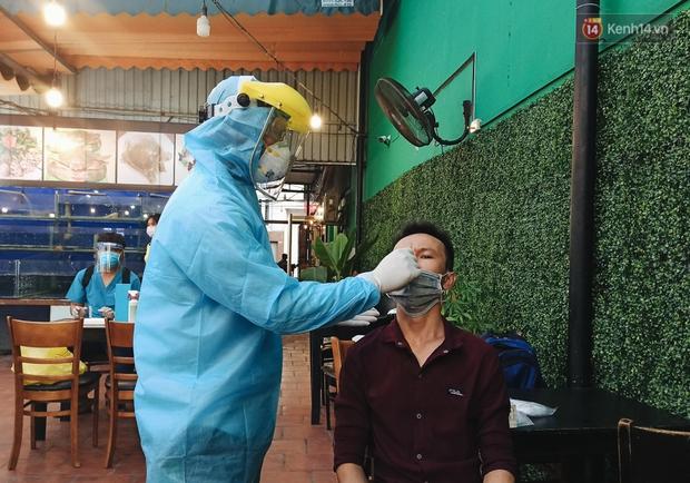 Hàng loạt nhân viên, khách nhậu ở Sài Gòn được lấy mẫu xét nghiệm Covid-19 - Ảnh 9.