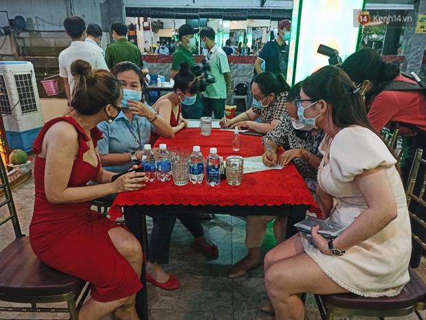 Hàng loạt nhân viên, khách nhậu ở Sài Gòn được lấy mẫu xét nghiệm Covid-19 - Ảnh 8.