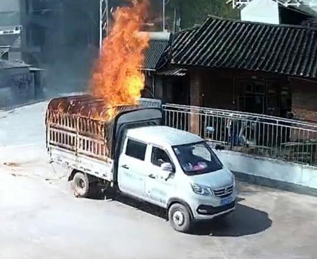 Xe chở hàng bốc cháy ngùn ngụt lao như bay vào trạm xăng bên đường, cảnh tượng tiếp theo khiến dân tình nín thở - Ảnh 2.