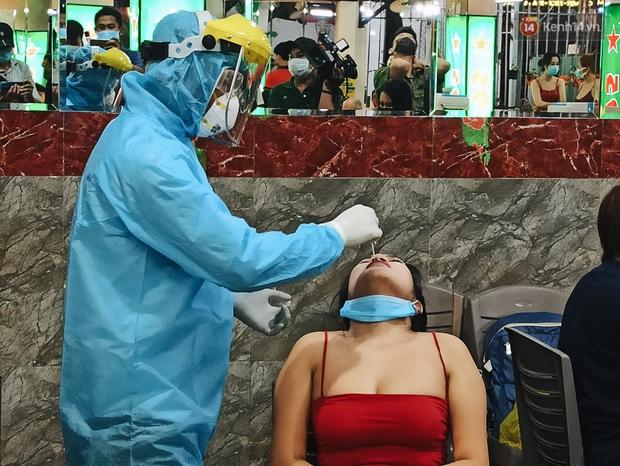 Hàng loạt nhân viên, khách nhậu ở Sài Gòn được lấy mẫu xét nghiệm Covid-19 - Ảnh 4.
