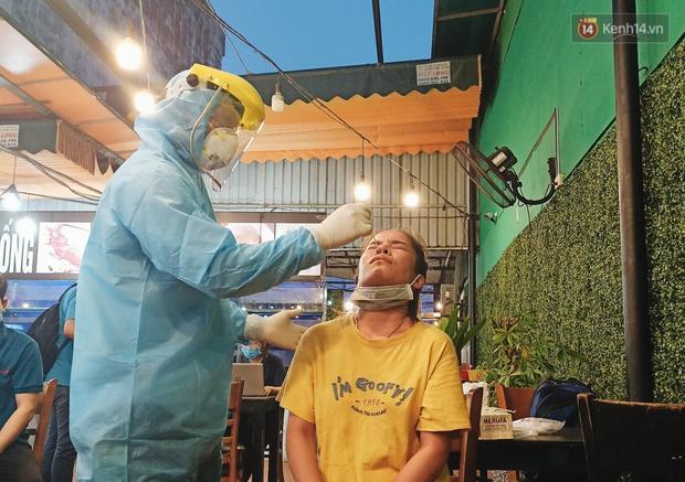 Hàng loạt nhân viên, khách nhậu ở Sài Gòn được lấy mẫu xét nghiệm Covid-19 - Ảnh 11.