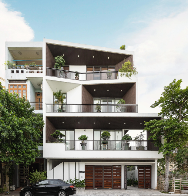 căn nhà 4 tầng nổi bật ở cuối ngõ, thiết kế táo bạo với ban công hình phễu - ảnh 1.