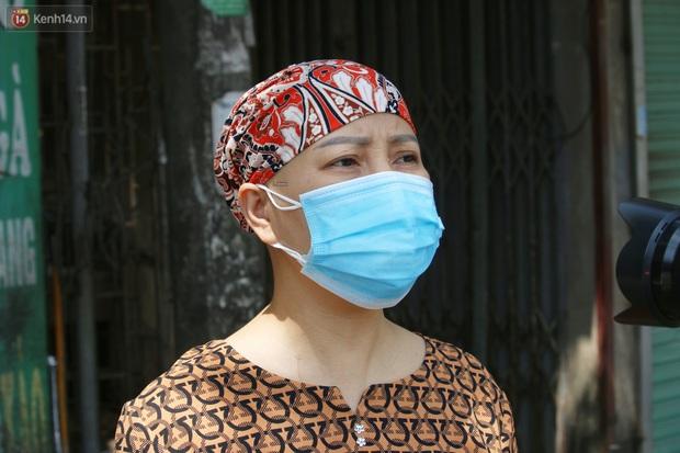Hà Nội: Phong tỏa xóm ung thư để phòng Covid-19, ấm lòng những gói quà thiện nguyện - Ảnh 10.