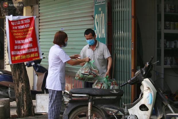 Hà Nội: Phong tỏa xóm ung thư để phòng Covid-19, ấm lòng những gói quà thiện nguyện - Ảnh 6.