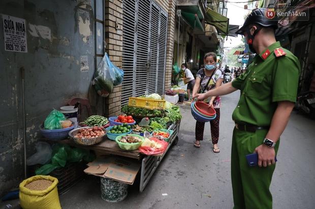 Hà Nội: Lực lượng chức năng ra quân tuyên truyền người dân dừng bán bia hơi và chợ cóc để phòng dịch Covid-19 - Ảnh 4.
