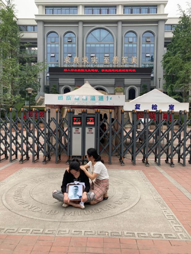 Vụ án chấn động Trung Quốc: Nam sinh 17 tuổi ngã từ lầu cao tử vong, nhà trường lẫn cảnh sát đều hành động hết sức kỳ lạ khiến dư luận dậy sóng - Ảnh 2.