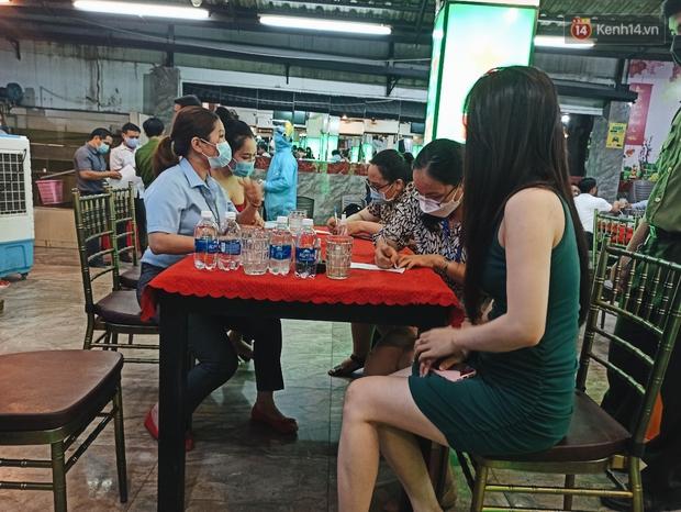 Hàng loạt nhân viên, khách nhậu ở Sài Gòn được lấy mẫu xét nghiệm Covid-19 - Ảnh 7.