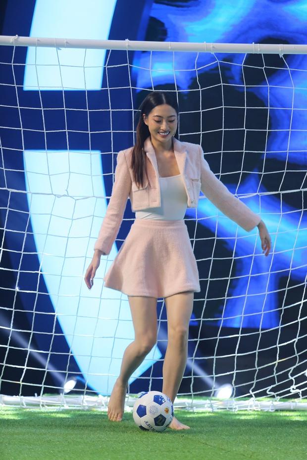 Hari Won mặc kệ váy ngắn, khoe tài đá bóng bên Hoa hậu Lương Thùy Linh - Ảnh 4.