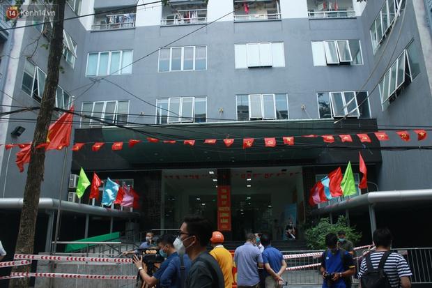 Hà Nội: Cách ly tạm thời chung cư 187 Nguyễn Lương Bằng, truy vết trường hợp tiếp xúc với ca mắc Covid-19 - Ảnh 12.