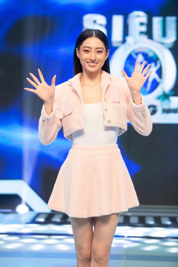Hari Won mặc kệ váy ngắn, khoe tài đá bóng bên Hoa hậu Lương Thùy Linh - Ảnh 2.