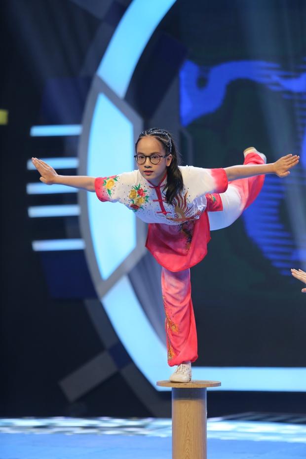 Hari Won mặc kệ váy ngắn, khoe tài đá bóng bên Hoa hậu Lương Thùy Linh - Ảnh 7.