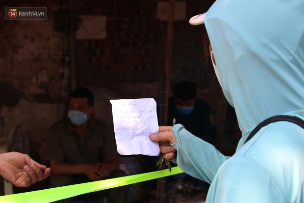 Hà Nội: Phong tỏa xóm ung thư để phòng Covid-19, ấm lòng những gói quà thiện nguyện - Ảnh 15.