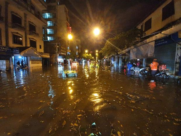 Vì sao nhiều tuyến phố quanh hồ Gươm thành sông, giao thông tê liệt sau cơn mưa vàng? - Ảnh 3.