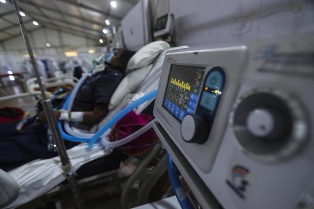 Bên trong bệnh viện dã chiến điều trị cho hàng nghìn bệnh nhân Covid-19 ở Ấn Độ - Ảnh 1.