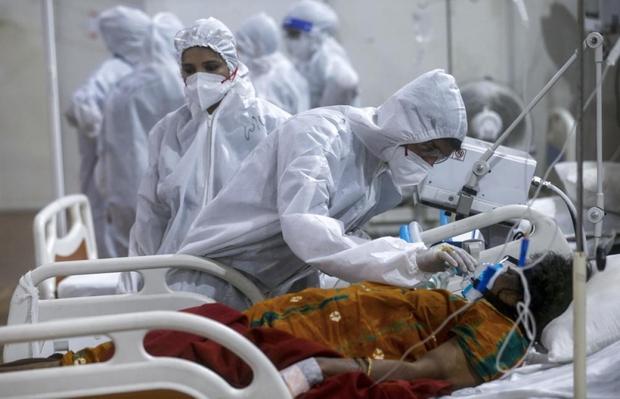 Bên trong bệnh viện dã chiến điều trị cho hàng nghìn bệnh nhân Covid-19 ở Ấn Độ - Ảnh 2.