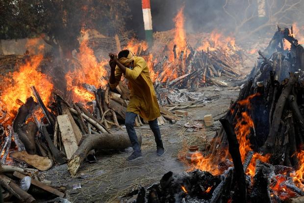 Tột cùng của sự khốn khổ giữa địa ngục Covid Ấn Độ: Thi thể dạt bờ hàng loạt ở sông Hằng, vì người nghèo không đủ tiền hỏa táng nữa - Ảnh 3.