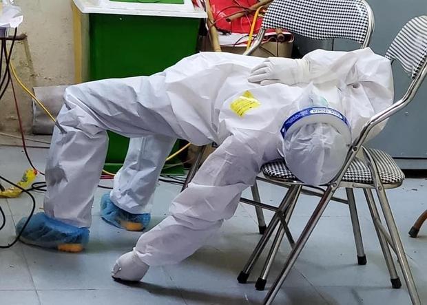 Nữ nhân viên y tế ngất xỉu khi lấy mẫu xét nghiệm Covid-19 ở Bắc Ninh: Mồ hôi nhiều đến mức ướt hết quần áo, như người mới ở dưới nước lên - Ảnh 2.