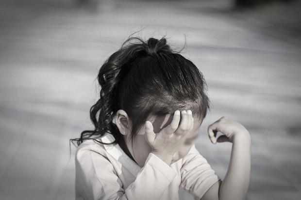 Được nhận nuôi chưa đầy 1 năm, bé gái bị bạo hành đến tổn thương 2/3 não, vạch trần bộ mặt thật của cặp vợ chồng đội lốt người tốt làm từ thiện - Ảnh 2.