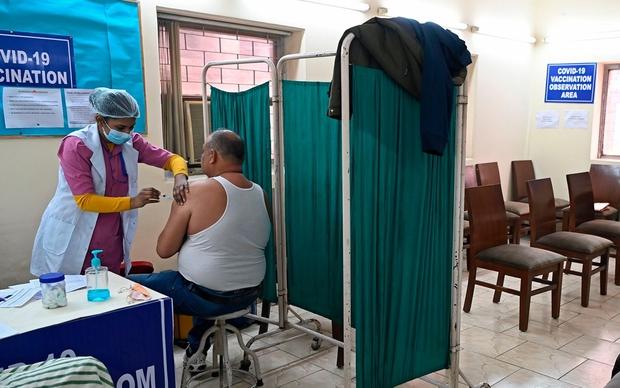 New Delhi (Ấn Độ) đóng cửa 125 trung tâm tiêm chủng do hết vaccine  - Ảnh 1.