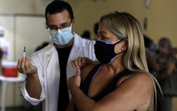 Brazil ngừng tiêm vaccine AstraZeneca cho thai phụ - Ảnh 1.