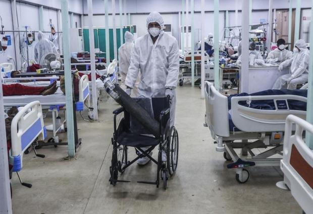 Bên trong bệnh viện dã chiến điều trị cho hàng nghìn bệnh nhân Covid-19 ở Ấn Độ - Ảnh 11.