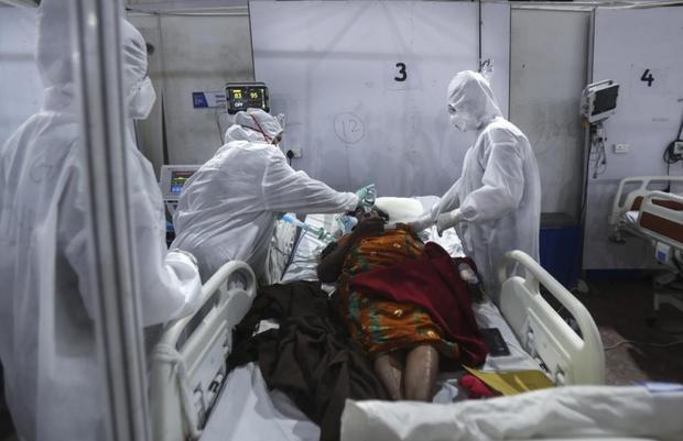 Bên trong bệnh viện dã chiến điều trị cho hàng nghìn bệnh nhân Covid-19 ở Ấn Độ - Ảnh 12.