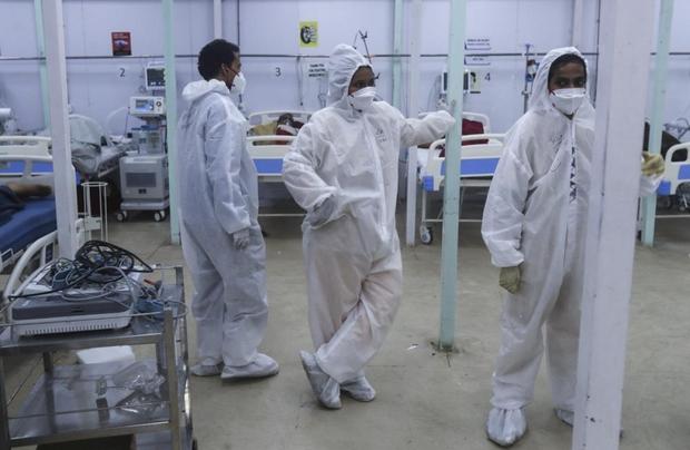 Bên trong bệnh viện dã chiến điều trị cho hàng nghìn bệnh nhân Covid-19 ở Ấn Độ - Ảnh 13.