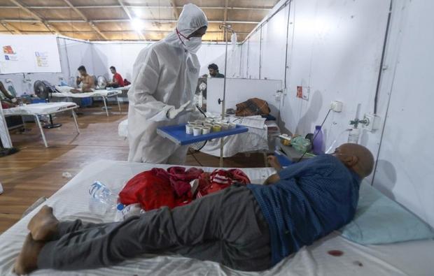 Bên trong bệnh viện dã chiến điều trị cho hàng nghìn bệnh nhân Covid-19 ở Ấn Độ - Ảnh 14.