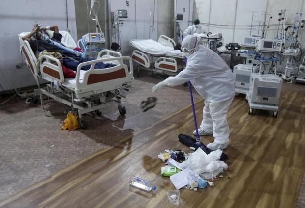 Bên trong bệnh viện dã chiến điều trị cho hàng nghìn bệnh nhân Covid-19 ở Ấn Độ - Ảnh 15.
