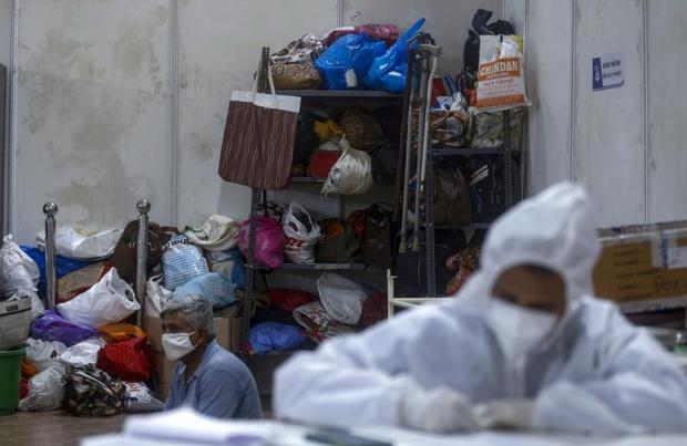 Bên trong bệnh viện dã chiến điều trị cho hàng nghìn bệnh nhân Covid-19 ở Ấn Độ - Ảnh 16.