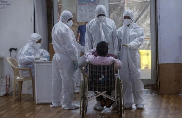 Bên trong bệnh viện dã chiến điều trị cho hàng nghìn bệnh nhân Covid-19 ở Ấn Độ - Ảnh 17.
