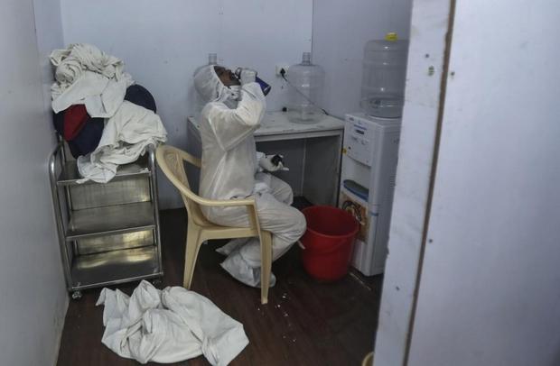 Bên trong bệnh viện dã chiến điều trị cho hàng nghìn bệnh nhân Covid-19 ở Ấn Độ - Ảnh 18.